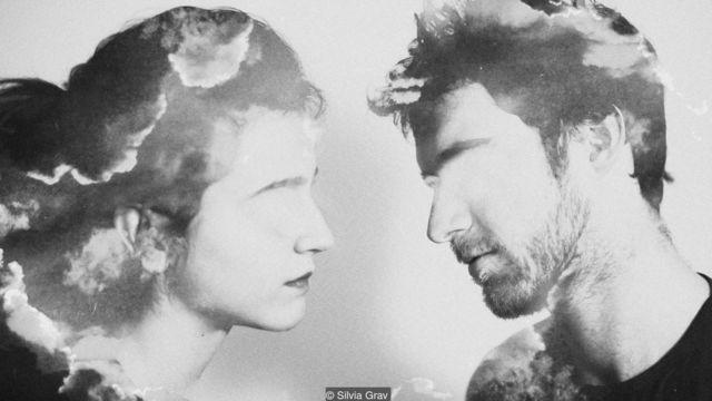 Ilustración de un hombre y una mujer en actitud de besarse. Foto: Silvia Grav.