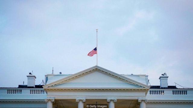 अर्ध्यावरती आणलेला अमेरिकेचा झेंडा