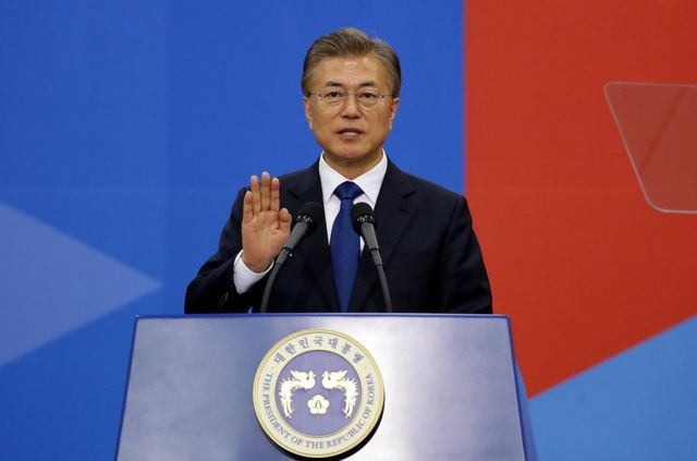 文在寅在國民議會大廈中央大廳舉行的典禮上正式宣誓就職韓國第19任總統。
