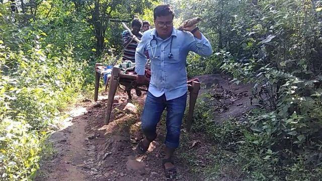 ஒடிஷாவில் கர்பிணியை தோலில் சுமந்து காப்பாற்றிய மருத்துவர்