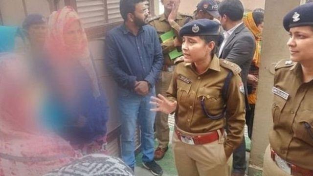 कश्मीरी छात्राओं से मुलाक़ात करती उत्तराखंड पुलिस की अफ़सर