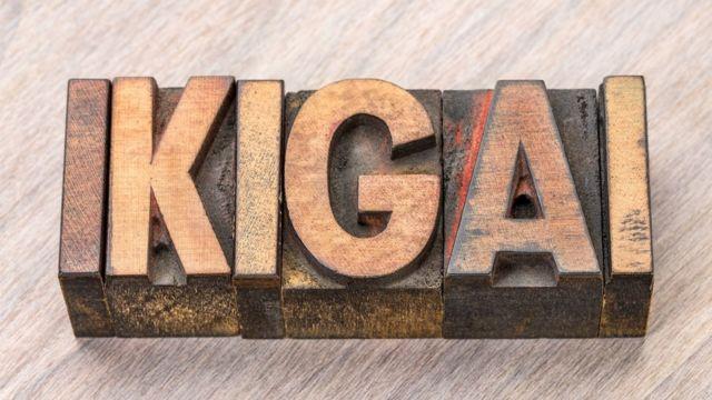 Буквы ИКИГАЙ, вырезанные на дереве
