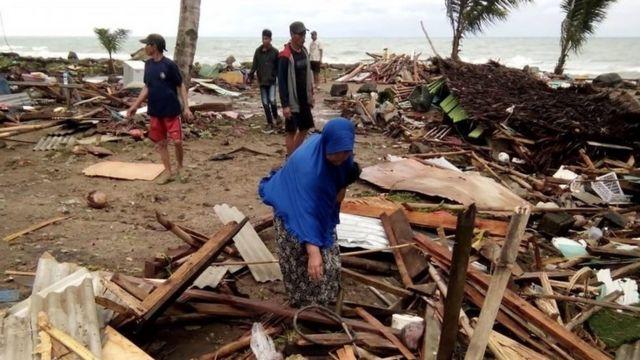 Pessoas entre os escombros do tsunami