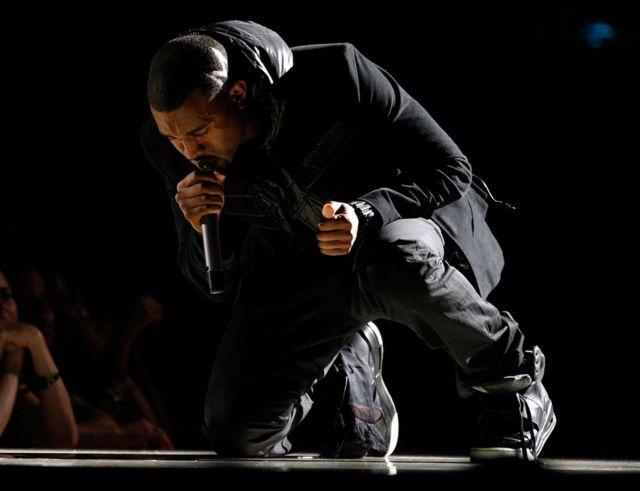 Kanye West yari yambaye izi nkweto aririmba muri Grammys za 2008