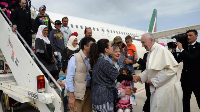Migrant crisis: Pope returns from Greece with 12 migrants