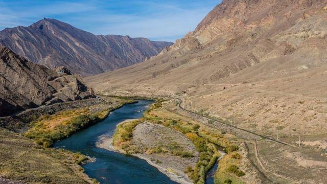 Aras nehri Türkiye-Ermenistan, Türkiye-Nahçıvan, İran-Nahçıvan, İran-Ermenistan ve İran-Azerbaycan sınırlarını oluşturduktan sonra Azerbaycan'a girerek Hazar Gölü'ne dökülüyor
