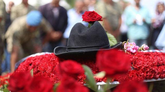 Demirel ile özdeşleşen şapkası, cenaze töreninin ardından mezarının üstüne konmuştu