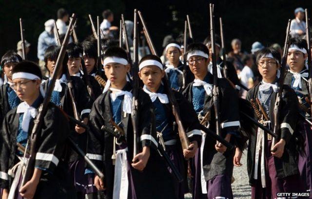 歴史装束を身に着けた日本の児童