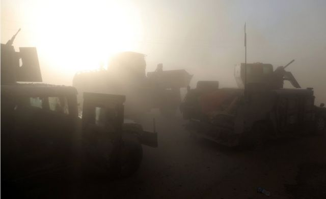 انتحاري من تنظيم الدولة الاسلامية يهاجم وحدة من القوات العراقية الخاصة بسيارة مفخخة خلال مواجهات في برطلة، شرق الموصل، يوم 20 أكتوبر / تشرين الأول 2016.