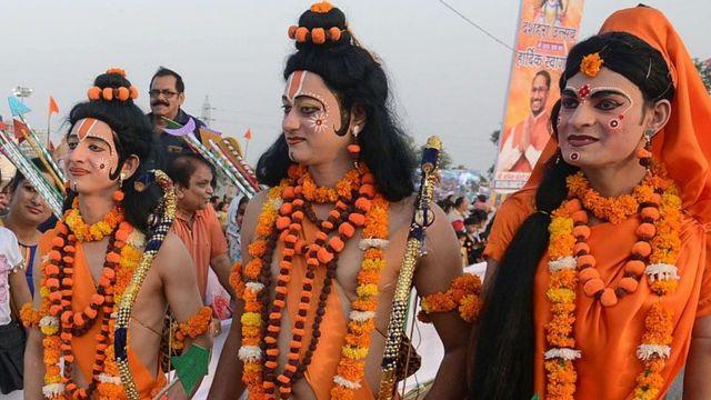 राम, सीता और लक्ष्मण के भेष में कलाकार