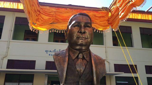 U Razak Statue