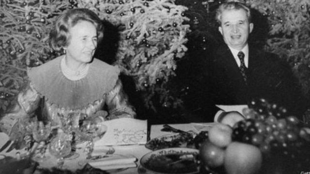 Ceausescu dan istrinya, Elena, ditembak mati oleh regu tembak tanggal 25 Desember 1989.