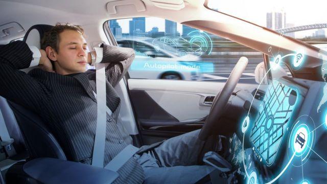 Hombre durmiendo mientras auto se conduce solo