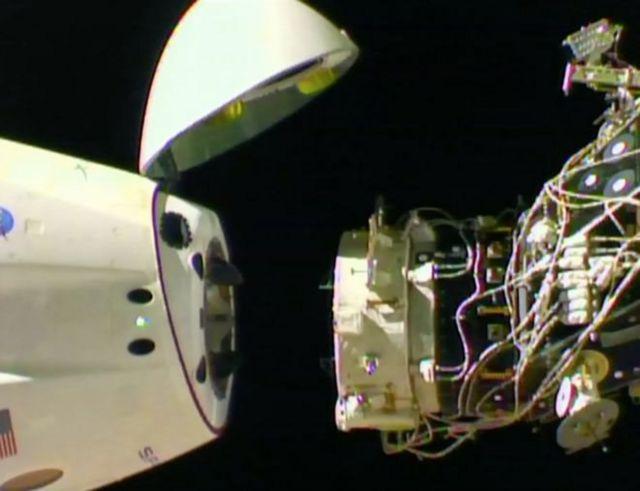 Dragon desacoplándose de la Estación Espacial Internacional