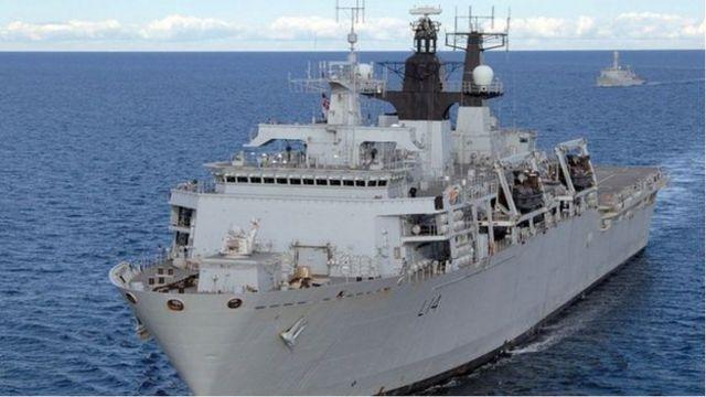 """2018年英國海軍的兩棲船塢登陸艦""""海神之子""""號去南海在中國的人工島礁附近巡航"""