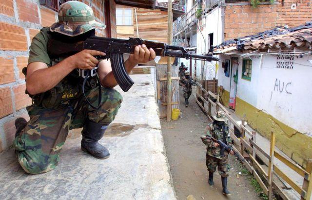 Hombre armado y encapuchado apunta su arma