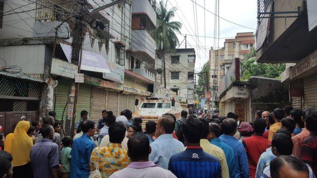 強制捜査があった場所付近にあつまった人々(26日、ダッカ市内で)
