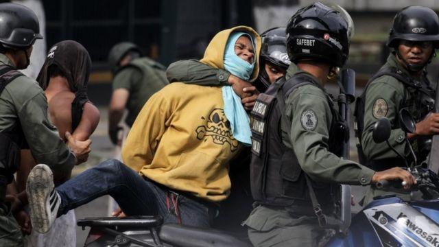 La policía de Venezuela arresta a un manifestante.