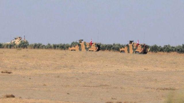 مركبات عسكرية تركية ترفع العلم في منبج