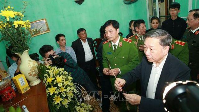 Bộ trưởng Bộ Công an VN Tô Lâm thắp hương chia buồn tại nhà của Đại tá Nguyễn Huy Thịnh, được cho là thiệt mạng trong vụ đụng độ ở Đồng Tâm rạng sáng 9/1/2020
