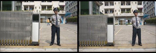 在東莞,許永揚(右)與玩具廠保安換衣拍照。
