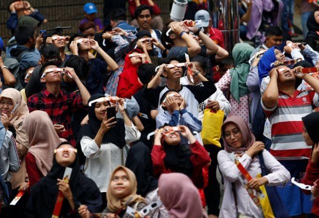 ผู้คนในกรุงจาการ์ตาของอินโดนีเซียออกมาชมสุริยุปราคมบางส่วน 26 ธ.ค. 2019