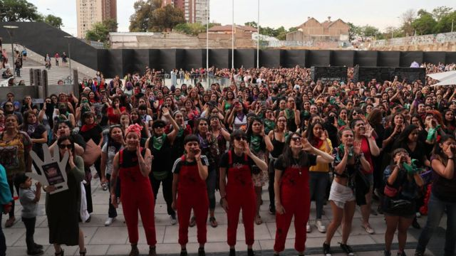 Santiago'da protestocu kadınlar
