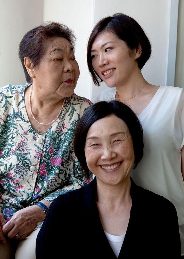 Teruko (à esquerda) com sua irmã Tomoko (à sua frente) e sua neta Kuniko (à direita) em 2015