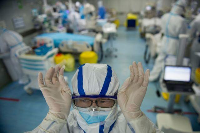 Profissional de saúde ajusta máscara em hospital de Wuhan, na China