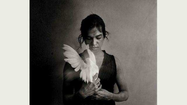 Когда Мохоне (сейчас ей 29) исполнилось 10 лет, она заявила, что она - женщина. Отец запер мальчика в домашних стенах на три года, чтобы никто его (ее?) не видел. Мохона сбежала и сейчас живет в Дели