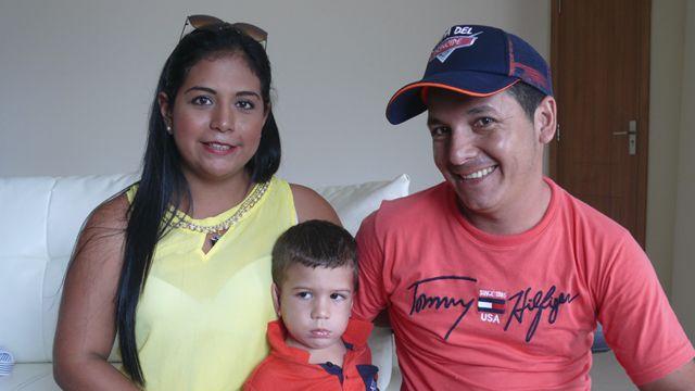 Tatiana con su marido David y su hijo Alana.