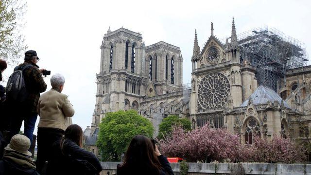 Gente observando la catedral de Notre Dame después del incendio.