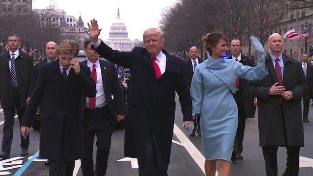 Donald Trump y Melania Trump caminan por la avenida Pensilvania en Washington DC