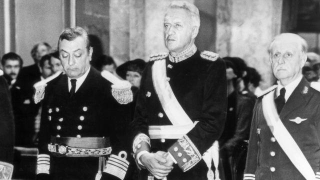 Leopoldo Fortunato Galtieri (centro)