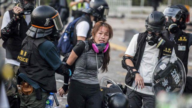 La policía detiene a manifestantes en el distrito de Sha Tin de Hong Kong, el 1 de octubre de 2019.