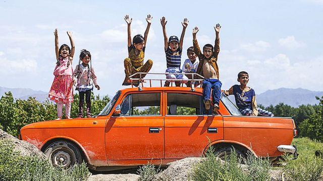 Moskviç üzərində uşaqlar