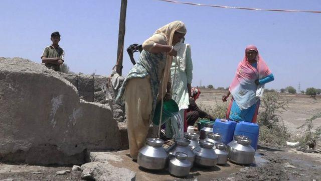 विहीरींमध्ये टँकरने पाणी आणून टाकायचं आणि तिथून नागरिकांनी ते न्यायचं