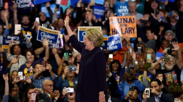 Hillary Clinton saludando.