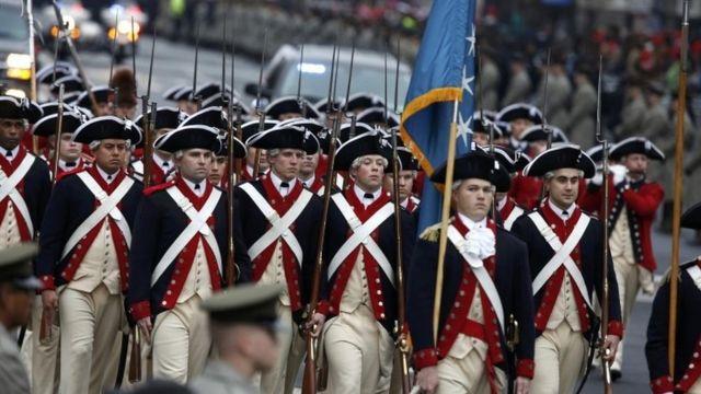独立戦争時の衣装で行進