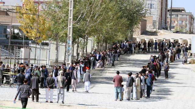 ټاکنو کمېسیون وايي، څه باندې څلور میلیونه افغانانو ټاکنو کې ګډون کړی
