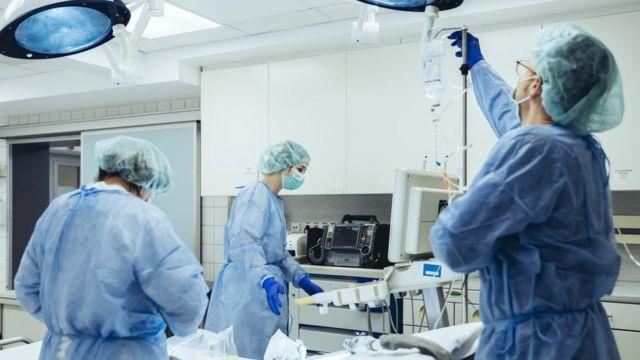 Enfermeiros reunidos em sala para atender paciente
