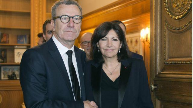 パリ市庁舎で握手するブリュッセルのマイヨール市長とパリのイダルゴ市長(29日)