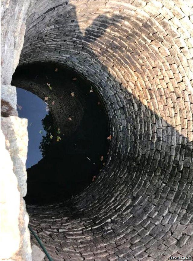 ऐसे कुओं का पानी पीने को मजबूर हैं लोग
