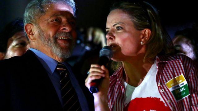 O ex-presidente Lula e a senadora Gleisi Hoffmann em comício em Curitiba no último dia 13