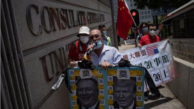 हॉन्ग-कॉन्ग में मौजूद अमरीकी दूतावास के बाहर चीन के समर्थन में लोग प्रदर्शन कर रहे हैं.