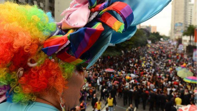 DRAG QUEEN observa multidao na parada LGBT de São Paulo