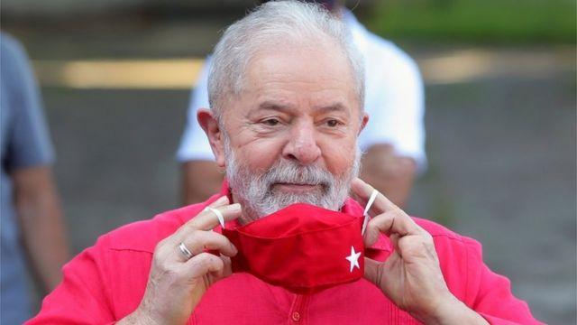 Lula tirando máscara