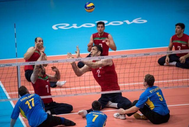 Mehrzadselakjani juango al voleibol sentado.
