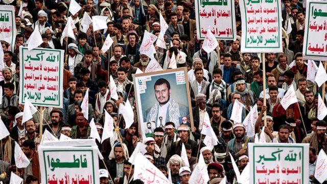 """Sanaa'daki gösteride Husiler Abdülmelik el Husi'nin fotoğrafı ile """"ABD ve İsrail'e ölüm"""" pankartları taşıyor"""