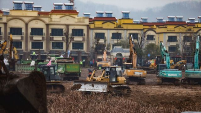 Máquinas excavadoras en el lugar donde se construye un nuevo hospital en Wuhan